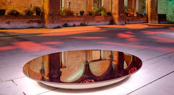 Memoria del espejo, instalación lumínica llevada a cabo por Lupercales en el Convent de Sant Agustí de Barcelona