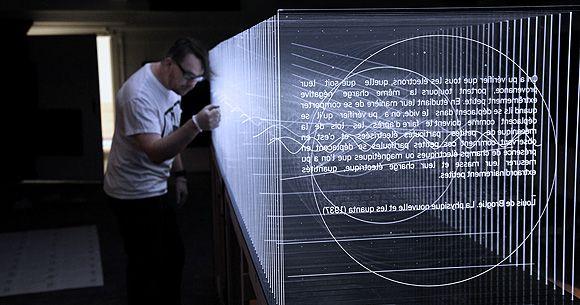 Frequencies (light quanta), 2014 es la última instalación audiovisual del artista de Montreal Nicolas Bernier