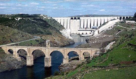 Central Hidroeléctrica José María de Oriol y puente romano