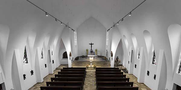 Erco ilumina una iglesia parroquial con bañadores de pared Optec
