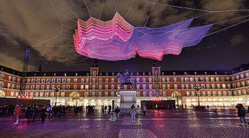 Madrid 1.8, una nube de color de Janet Echelman en la Plaza Mayor de Madrid