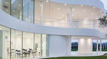 Belleza radiante. La iluminación LED mejora la arquitectura única de la sede de Omnicos